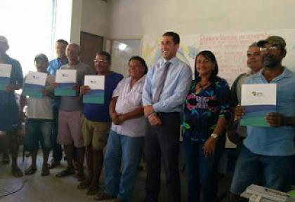 Pescadores recebem documento de Taus em Alagoas